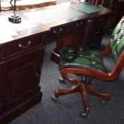 eekhoorn en bureau met stoel eronder 012