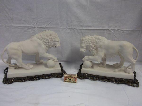 twee witte leeuwen